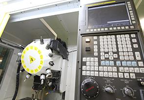 プラスチック素材を工作機械「平安 REX-11B」「ファナック ロボドリル」で切削加工を行います。