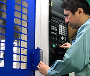 最高レベルの難加工を可能にする複合旋盤加工作業
